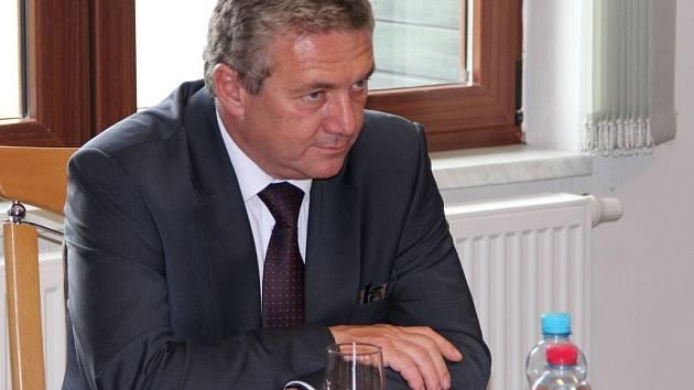 Ministr dopravy Antonín Prachař na debatě v Drahotuších