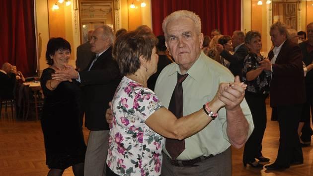 Přerované to v neděli odpoledne rozparádili na tanečním parketu v Městském domě, kde jim k tanci a poslechu zahrálo populární Duo Aramis.
