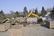 Kácení stromů a příprava staveniště pro stavbu nové tenisové haly v Přerově