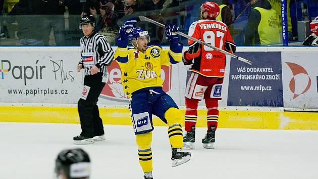 Hokejisté HC Zubr Přerov (ve žlutém) v derby s Prostějovem (4:1).  Jakub Šlahař slaví.