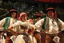 Plný sál kulturního domu v Troubkách si v sobotu večer vychutnal tradiční vánoční Posezení u cimbálu.