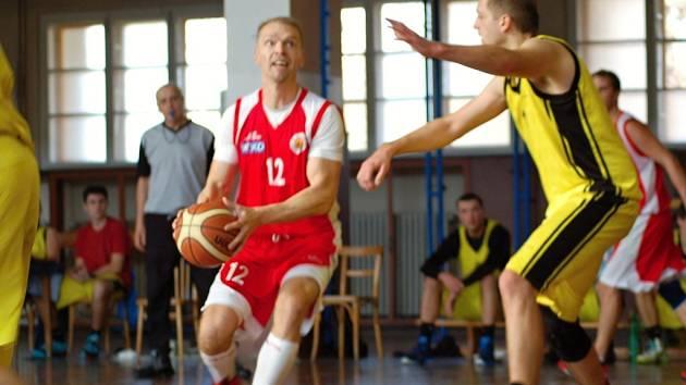 Basketbalisté Přerova (ve žlutém) proti Uherskému Brodu