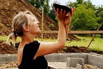 Kateřina Dlouhá prohlíží stav misky ze starší doby železné před laboratorním ošetřením.