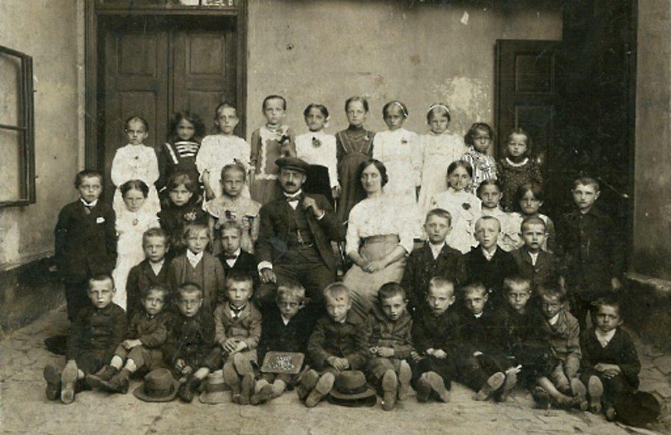První škola v Loučce byla v jedné místnosti, v rodinném domě Šebestových, zde se učily všechny děti dohromady. Fotografie pochází pravděpodobně z roku 1914.