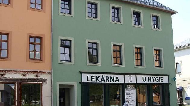 Lékárna, ordinace praktických lékařů a květinářství nyní sídlí v budově bývalé Okresní hygienické stanice v Komenského ulici v Přerově.