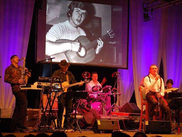 Pavel Novák mladší s kapelou na vzpomínkovém koncertu
