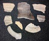 Soubor zlomků okrajů vrcholně středověké keramiky ze13. a 14 století, nalezených při výzkumu na zámku v Dřevohosticích.