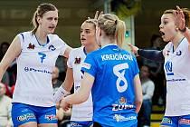 Vendula Měrková (vlevo). Čtvrté čtvrtfinále volejbalové extraligy žen mezi Přerovem (v bílém) a Prostějovem.