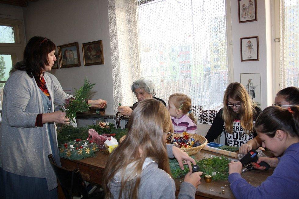 Na Adventní zastavení pozval spolek Cukrle z Přerova všechny, kdo měli zájem si zkrášlit dům a vytvořit si adventní věnce.