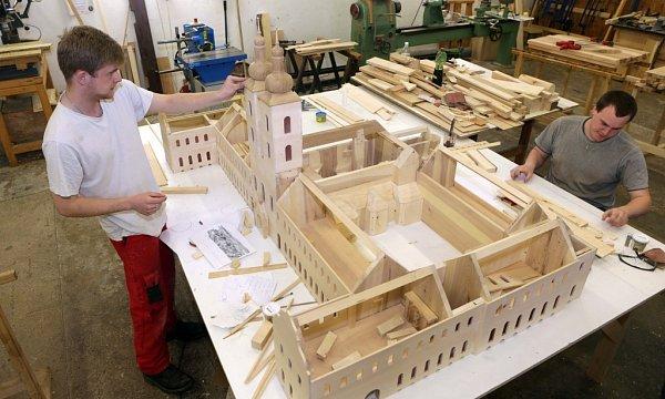 Model typického středověkého kláštera včetně vybavení jednotlivých místností a figurek mnichů vyrábí studenti Střední řezbářské školy vTovačově.