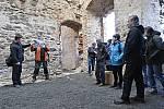 Gotický portál, který objevili archeologové na Helfštýně, skončil pod podlahou.