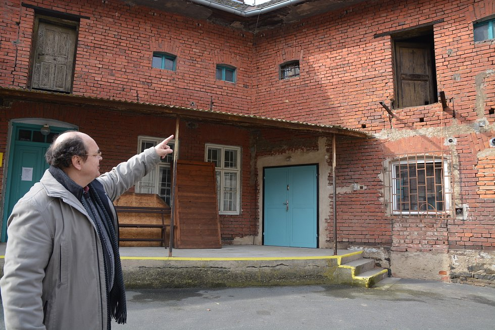 Nález sokolské sošky na půdě bývalé hospodářské usedlosti v Prosenicích.  (Na některých snímcích se starostou obce Otakarem Dokoupilem).
