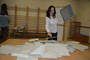 Sčítání hlasů z prvního kola prezidentské volby ve volebním okrsku v budově Mateřské školy Lešetínská v Přerově