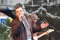 Vánoční koncert Pavla Nováka ml. zaplnil náměstí.