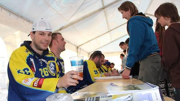 Přerovští hokejisté rozdávali podpisy v hokejové Fanzóně při oslavách 143. narozenin pivovaru Zubr.