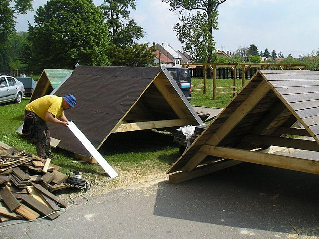 Budování stanovišť na naučné stezke v Dřevohosticích