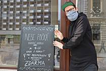 Provozovatel veganské kavárny v Přerově Nebe počká rozváží kávu zdravotním sestrám v nemocnici, ale nabízí ji zdarma i hasičům, policistům nebo strážníkům.