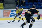Hokejisté Přerova (ve žlutém) proti Sokolovu.
