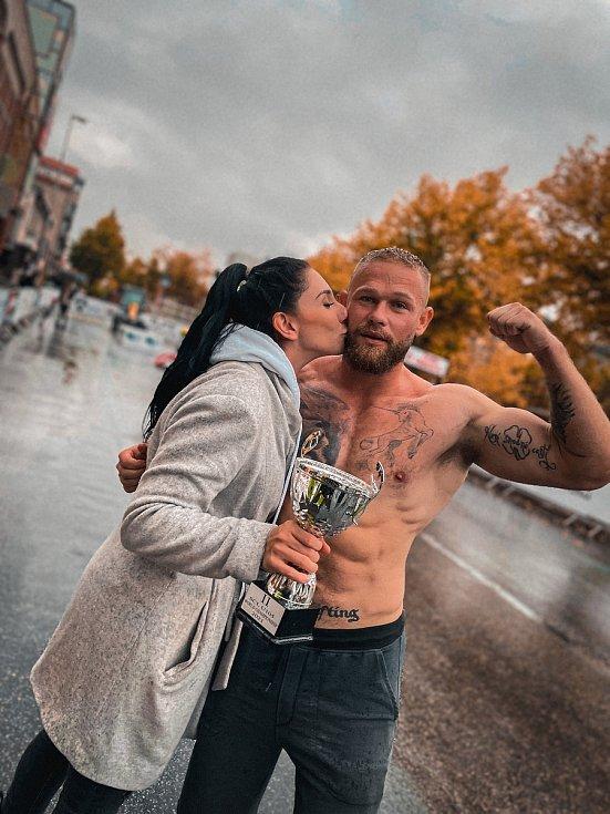 Český lev Jiří Tkadlčík má stříbro z mistrovství světa strongmanů do 105 kilogramů. S manželkou Valerií.
