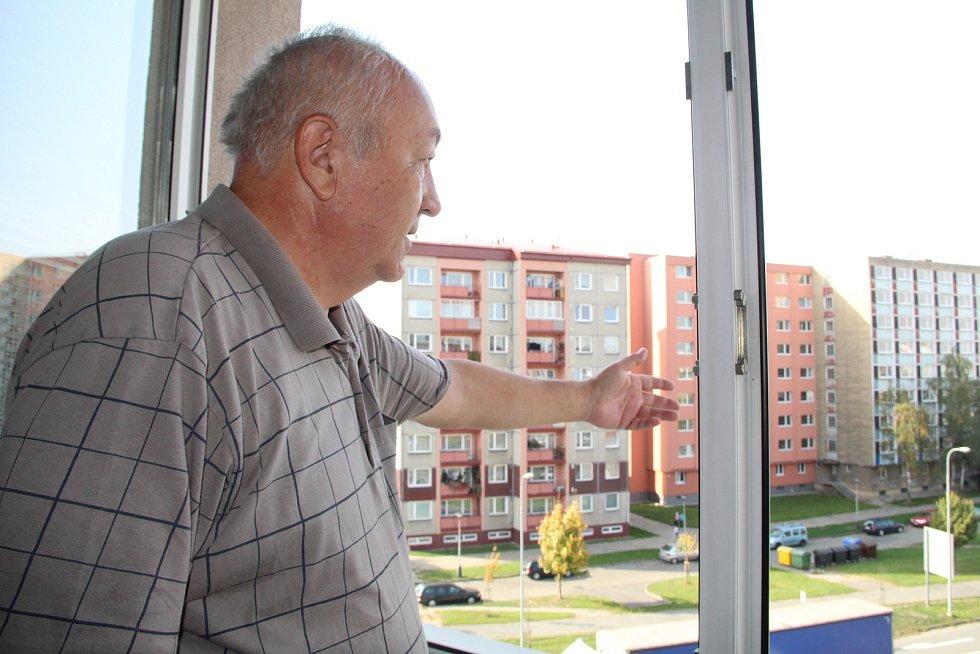 Lidé z panelového domu v ulici Velké Novosady 12 si stěžují na nadměrný hluk z projíždějících kamionů a nákladních aut. Důvodem je velká nerovnost vozovky. (Na snímku je Zdeněk Mlčoch, který kvůli hluku nemůže spát).