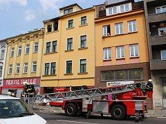 Požár, ke kterému došlo v jednom z bytů domu v Komenského ulici, hasily v pátek po jedenácté hodině dopoledne čtyři jednotky.