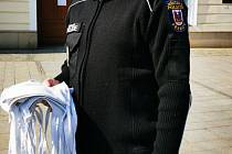 Rouškovník vznikl v průchodu u služebny Městské policie v Přerově. Lidé sem mohou nosit roušky, které vyrobí, a ty se pak dostanou potřebným.