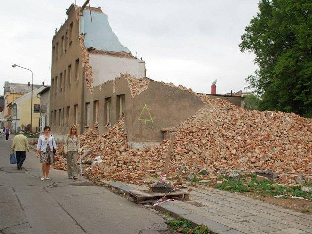 Promenáda, ve které jde o život – tak to vypadá už delší dobu ve Škodově ulici v Přerově, kde zůstalo torzo polorozbořeného domu
