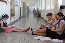 První část státních maturit mají za sebou studenti přerovských středních škol. Absolvovali v ní didaktický test a slohovou práci. V dalších dnech je čekají testy z cizích jazyků nebo matematiky