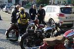 Okolo stodvaceti veteránů, automobilů i motocyklů, mělo v neděli ráno sraz na náměstí v Lipníku nad Bečvou, odkud pak společně vyrazili na společnou jízdu po obcích Přerovska, kterou slavnostně uzavřeli letošní sezonu.