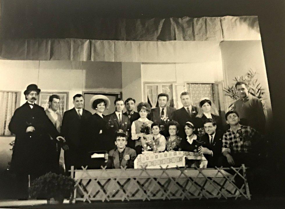 Také Vinary měly svoje ochotnické divadlo, to dokazuje také snímek z roku 1966. Divadelníci zkoušeli na prknech místního kulturního domu.