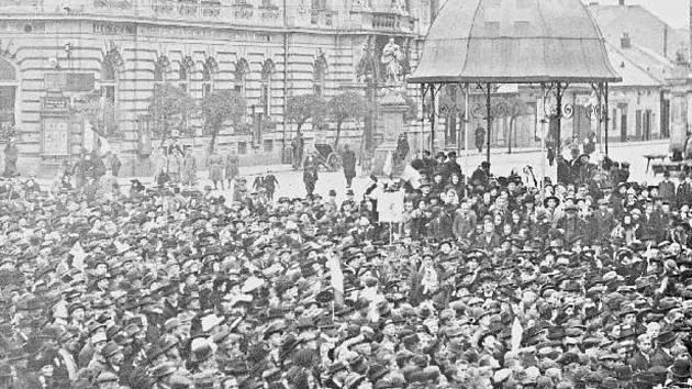 Několik stovek Přerovanů se shromáždilo 29. října 1918 na Dolním náměstí (dnes Masarykovo).