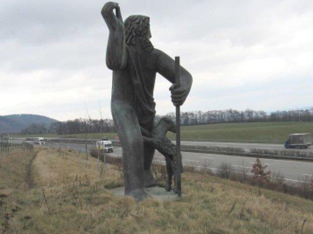 Neznámý vandal poničil sousoší u dálnice D1 poblíž Lipníku nad Bečvou.