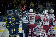 Hokejisté Přerova (v modrém) porazili v domácím derby Prostějov 4:3 po samostatných nájezdech