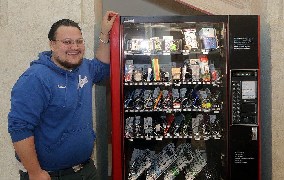 Žáci doplňují sortiment automatu na školní potřeby. Adam Pučalík
