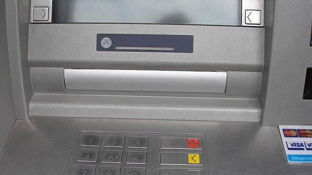 Neznámý pachatel přelepil lištou na bankomatu v Přerově okénko na vydávání peněz
