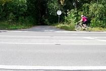 V Lipnické ulici v Přerově, kde došlo k tragické nehodě, si krátí cestu přes frekventovanou silnici cyklisté i chodci.