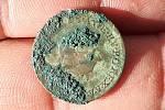 Přerovští archeologové našli při bádání v domě na Horním náměstí v Přerově řadu mincí - na snímku je zadní strana měděného půlkrejcaru zroku 1781 svyobrazením hlavy Josefa II.