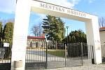 Brána Městského hřbitova v Přerově se uzavřela už v pondělí ráno - důvodem byla obava z padajících stromů a větví.