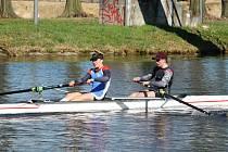 Přerovský veslař Tomáš Jelínek (vlevo) je vicemistrem republiky na dlouhé trati. Pro stříbro na dvojce si dojel spolu s Vojtěchem Šetinou z Prahy.