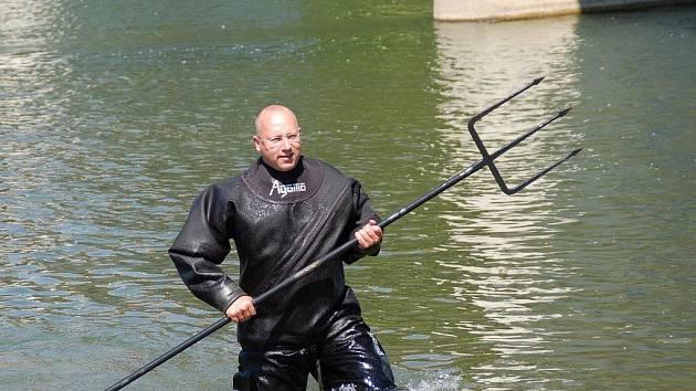 Ztracený trojzubec sochy Neptuna se našel už v pondělí odpoledne. Z řeky Bečvy ho vylovil jeden z městských strážníků
