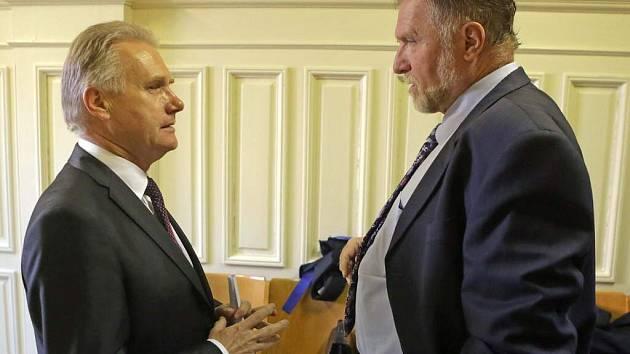 Primátor Jiří Lajtoch a advokát Tomáš Sokol. Soud s přerovskými radními v kauze údajně předražených zakázek a korupce