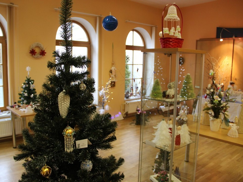 V rámci výstavy v sále knihovny Domeček v Lipníku nad Bečvou děti v sobotu 12. prosince vyráběly netypické ozdoby – vánoční skřítky z burských ořechů.
