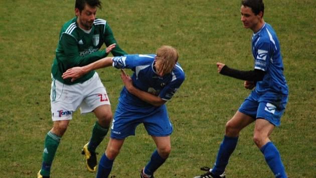 Fotbalisté Přerova (v modrém)