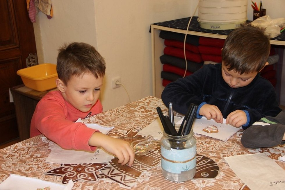Výstavu Vánoce na zámku, která se koná v prostorách Muzea Komenského v Přerově, navštívily v pátek dopoledne děti z Mateřské školy Kouřílkova v Přerově.