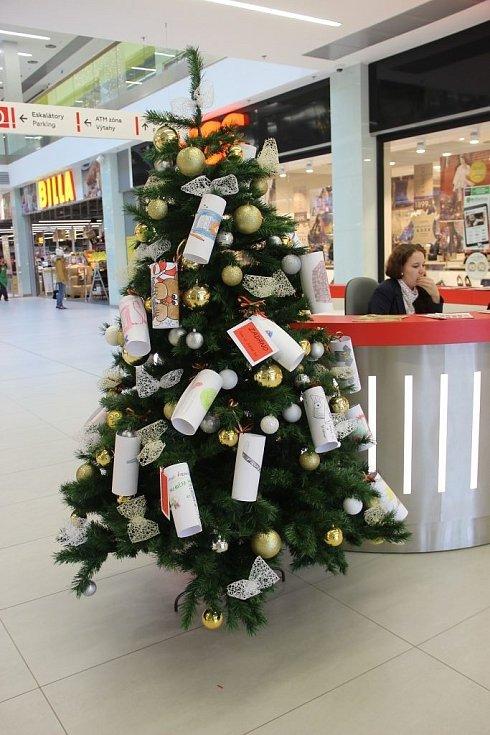 Děti z dětského domova mohou od 1. do 18. prosince zavěšovat svá přání na strom v přerovském nákupním centru. Ježíšek se jim pokusí přání splnit.