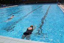 Venkovní bazén Plaveckého areálu v Přerově se v pondělí 31. května otevřel veřejnosti. Možnosti zaplavat si ale využilo jen málo lidí.