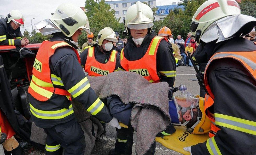 Regionální soutěž ve vyprošťování zraněných osob z havarovaných vozidel.  Družstvo Přerov.