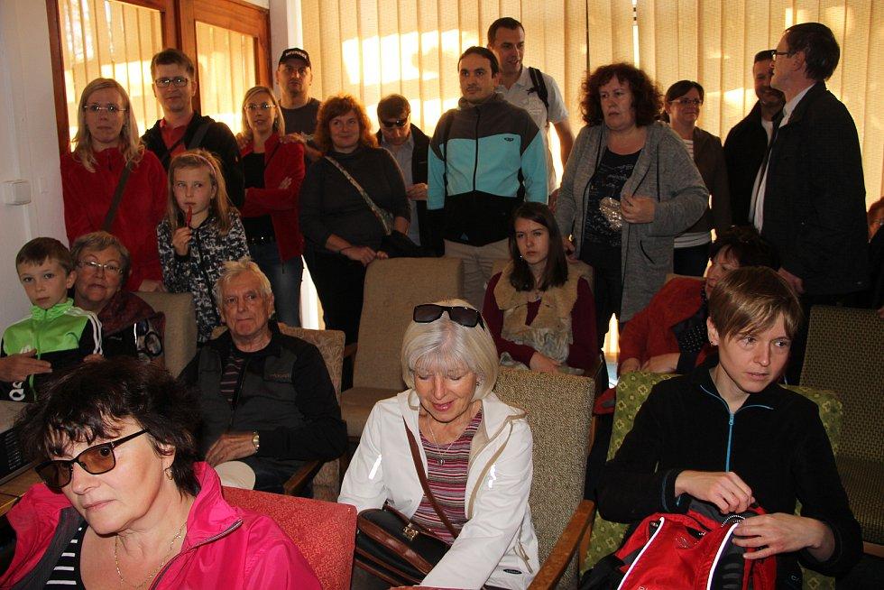 Davy lidí zamířily na prohlídku bývalého hotelu Strojař v Přerově, který byl mimořádně zpřístupněn veřejnosti v rámci Dne architektury