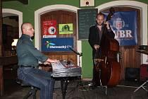 Kapela Otto Hejnic Trio, kterou tvoří špičkoví čeští jazzmani, vystoupila v pátek večer v přerovské restauraci Pivovar.