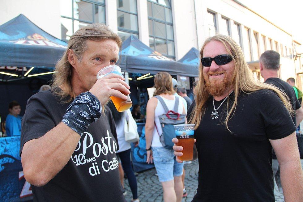 """Dva dny plné hudby a ochutnávky piva. Takový byl """"Fesťák v pivcu"""", který přilákal do areálu přerovského pivovaru Zubr stovky fanoušků."""